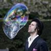 Рекордсмен по надуванию мыльных пузырей побил новый рекорд